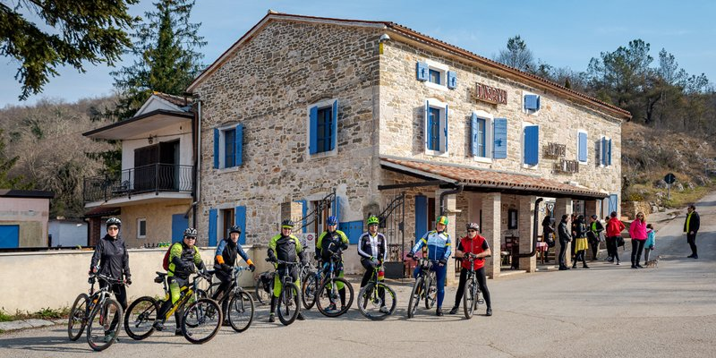 Hotel Ponte Porton in Groznjan in Istria from outside with cyclists
